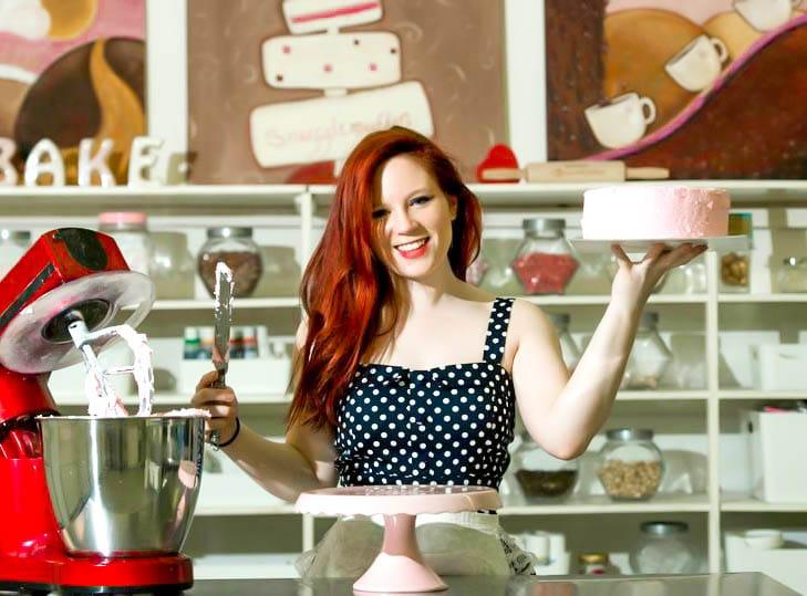 Juliane Grasekamp frosting a cake